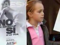 Manifestante de AES ante un negocio abortista