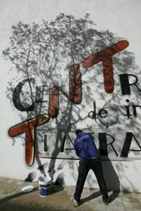 PEPE ORTEGA  Un operario pinta el nombre del nuevo centro en uno de los muros del edificio