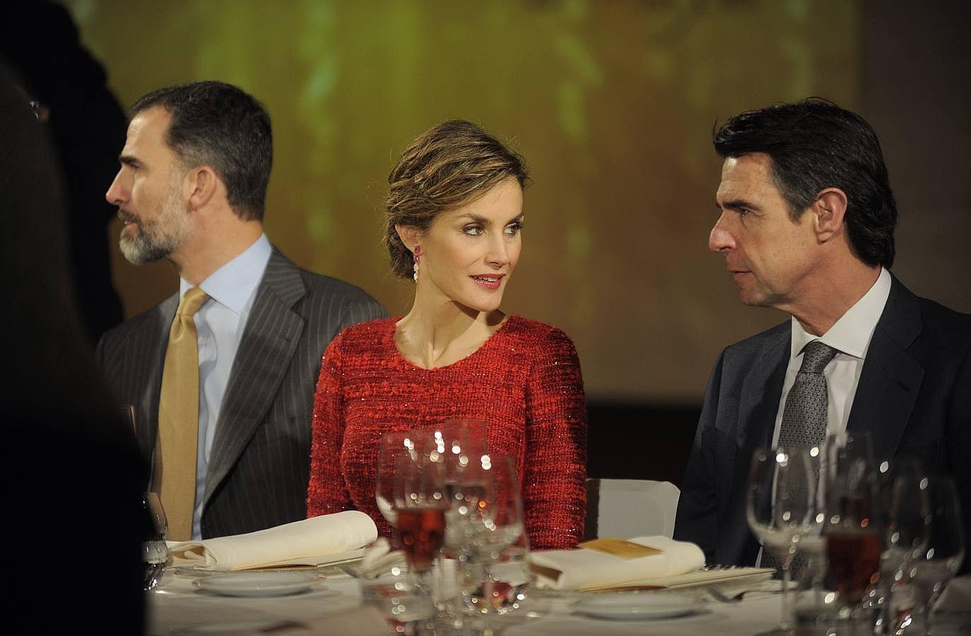 Con un vestido rojo durante el 100 aniversario de las cavas Freixenet