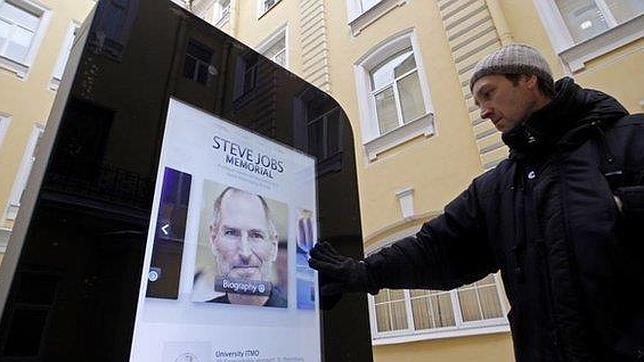 Retiran en Rusia el monumento de un iPhone tras el anuncio de homosexualidad de Tim Cook