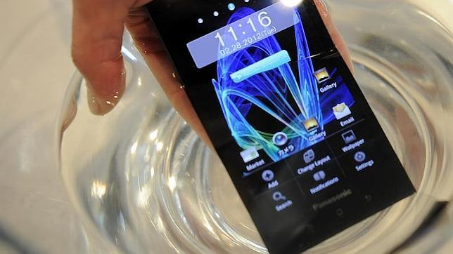 Cómo arreglar tu móvil mojado en siete minutos