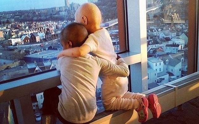 El tierno abrazo de estas dos niñas simboliza la lucha contra el cáncer