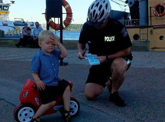 Multan a un niño de tres años por aparcar mal su moto de juguete