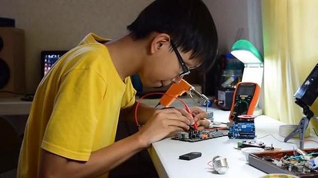 Un niño filipino de 15 años crea unas zapatillas que generan electricidad