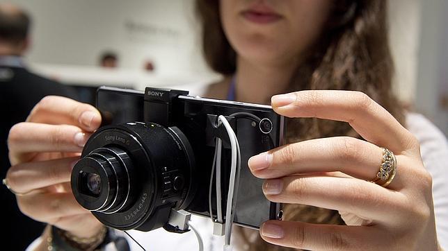 Probamos el QX10, la lente de Sony que convierte el móvil en una gran cámara