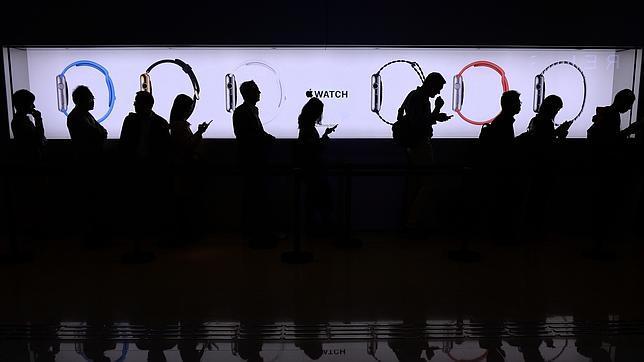 Los fans de Apple ya pueden probar el Apple Watch y precomprarlo vía online