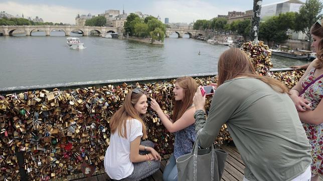 París quiere cambiar los «candados del amor» por «selfies»