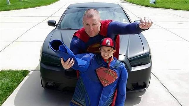 El «Superman» que cruzó un país para visitar a un niño enfermo de cáncer