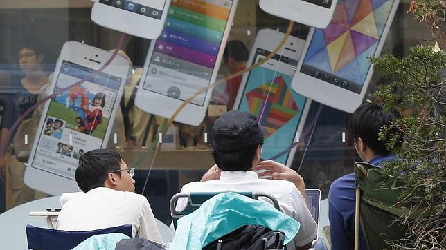 Acampan frente a las tiendas de Apple en Tokio para comprar los nuevos iPhone