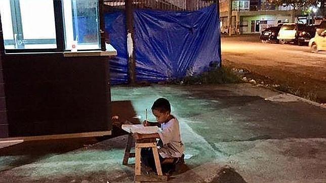 La inspiradora foto viral que ha cambiado la vida de un niño filipino