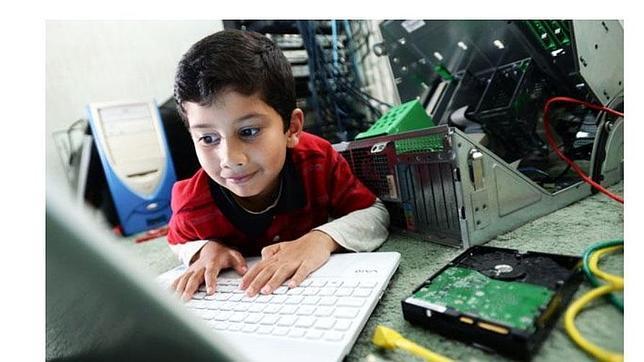 Un niño de seis años se convierte en el técnico informático más joven del mundo
