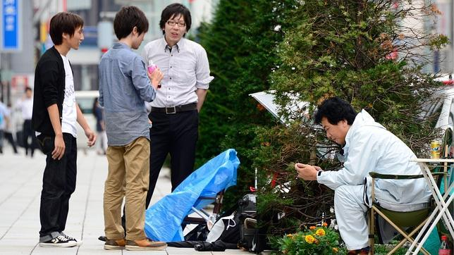 Apple protege del tifón a los usuarios que hacen cola fuera de sus tiendas en Japón
