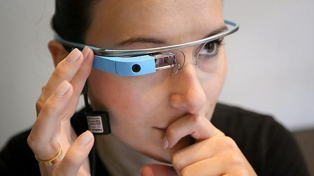 Absuelven a una mujer multada por conducir con las Google Glass puestas