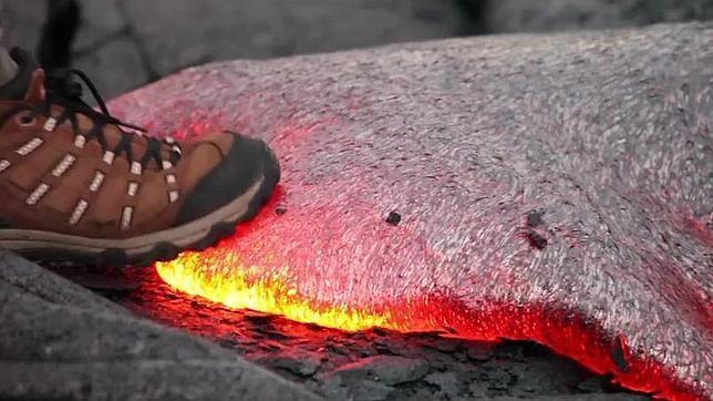 Esto es lo que ocurre al pisar un río de lava caliente