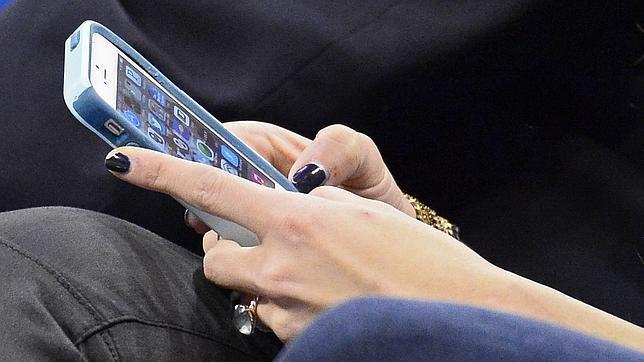 Un 53% de los adultos tropieza en la calle por andar mirando el móvil