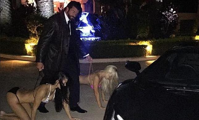 Polémica por la foto de un millonario que trata a las mujeres como mascotas