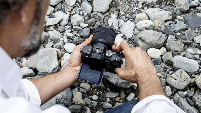 Sony lanza la primera cámara con estabilización óptica de imagen en..