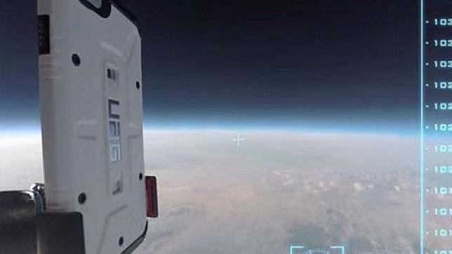 Lanzan un iPhone 6 desde la estratosfera y no se rompe al chocar contra la Tierra