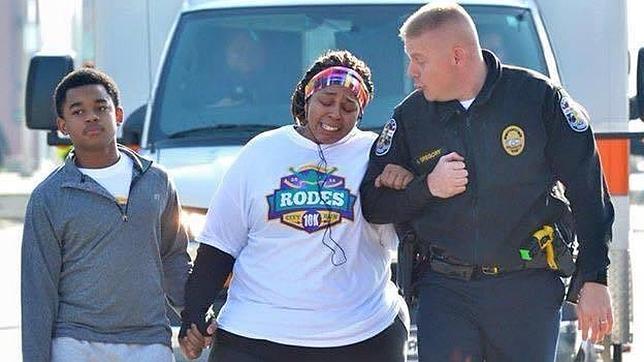 Un policía ayudando a una mujer a cruzar la meta logra miles de visitas en Facebook