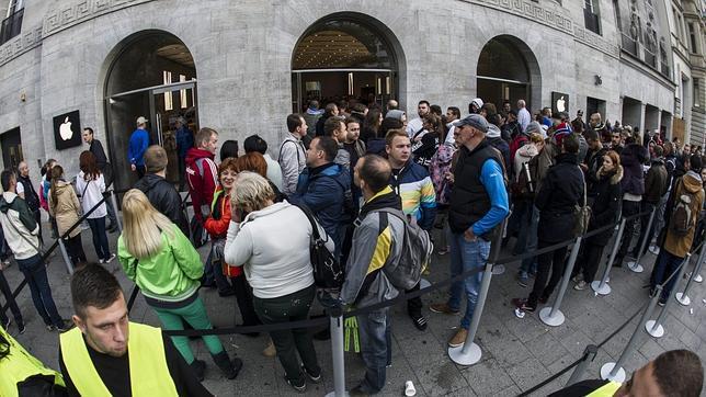 Varios ladrones roban la recaudación generada por el iPhone 6 en una tienda en Berlín