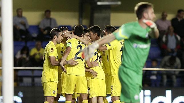 El Villarreal golea y abraza el liderato