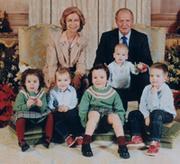 La Familiar Real ha elegido una entrañable estampa doméstica para felicitar la Navidad, con Don Juan Carlos y Doña Sofía rodeados de sus cinco nietos. Dalda