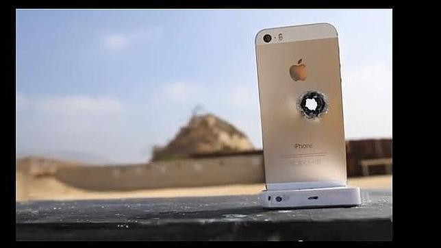 ¿Qué pasa si le disparas a un iPhone 5S dorado?