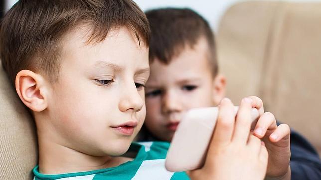 Uno de cada tres bebés juega con el móvil antes de aprender a andar o a hablar