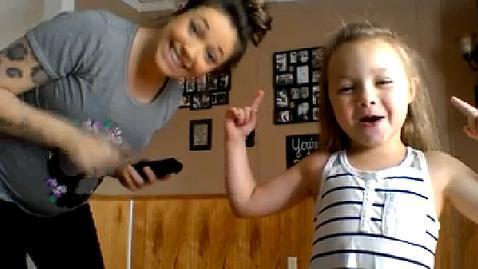 «¡Vamos a bailar!»: la coreografía rapera madre-hija que triunfa en Facebook