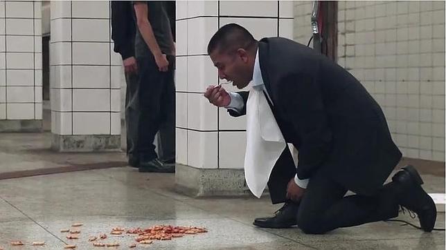 Limpia el suelo de una estación de metro y come directamente sobre é..