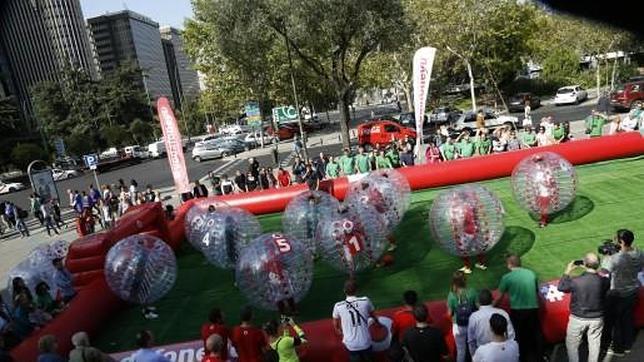 Burbujas humanas detrás de un balón: ¿Te gustaría jugar en la 1ª liga de 'bubble soccer'?