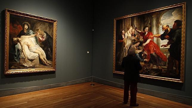 Un visitante junto a «La Lamentación» (izda) y «Aquiles descubierto por Ulises y Diomedes», de Van Dyck