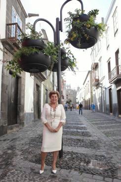 abc la concejal de fomento nardy barrios posa con una de sus jardineras colgantes