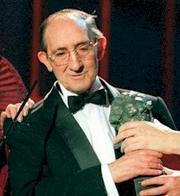Luis Ciges recibiendo un goya a la mejor interpretación masculina de reparto por su papel en «Así en el cielo como en la tierra», dirigida por José Luis Cuerda. Efe