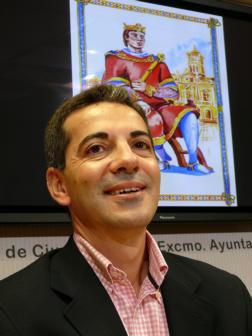 VICENTE PEÑA Javier Morales, con el rey de la baraja al fondo - NAC_CLM_web_73