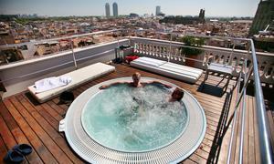 terraza con jacuzzi del hotel h moncada de barcelona