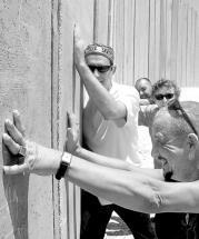 DIEGO LÓPEZ CALVÍN  El grupo Radio Tarifa, ante el Muro que separa Belén de Jerusalén