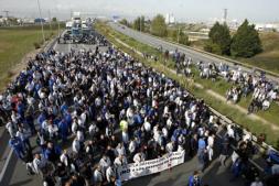 Trabajadores de Nissan cortan la Ronda del Litoral de Barcelona