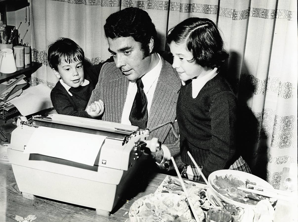 El periodista en una imagen de 1973 junto a sus hijos