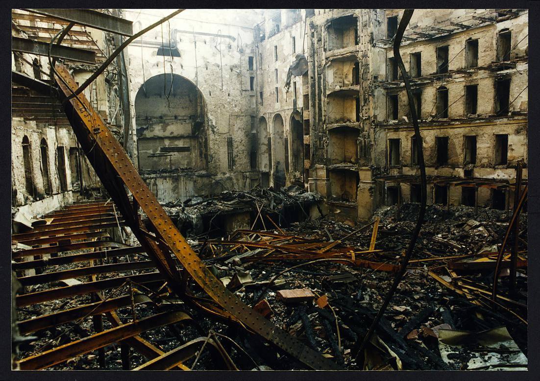 Interior de la Sala del Gran Teatre tras el devastador incendio