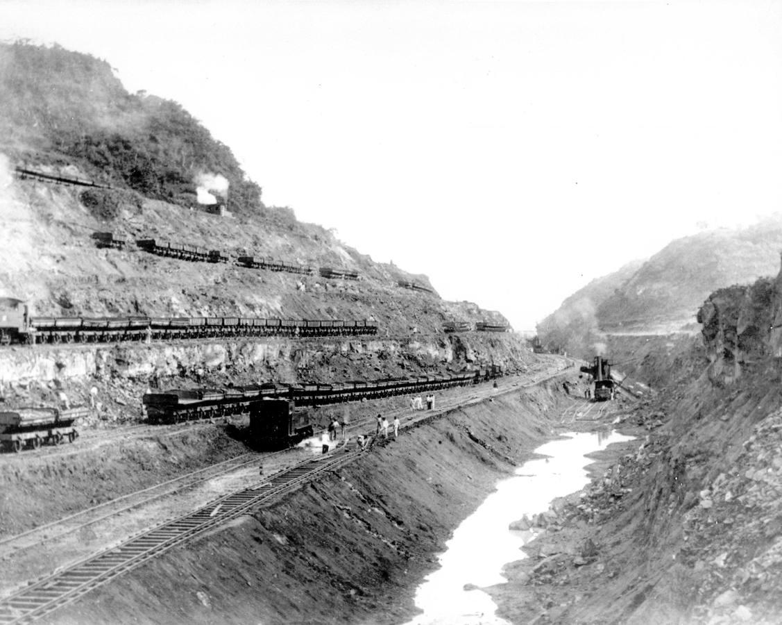 La nueva república de Panamá, representada por Bunau-Varilla, concede a Estados Unidos los derechos a perpetuidad del canal y una amplia zona de 8 kilómetros a cada lado del mismo, a cambio de 10 millones de dólares y una renta anual de 250 000 dólares. En la imagen, las obras de construcción del Canal de Panamá en 1904
