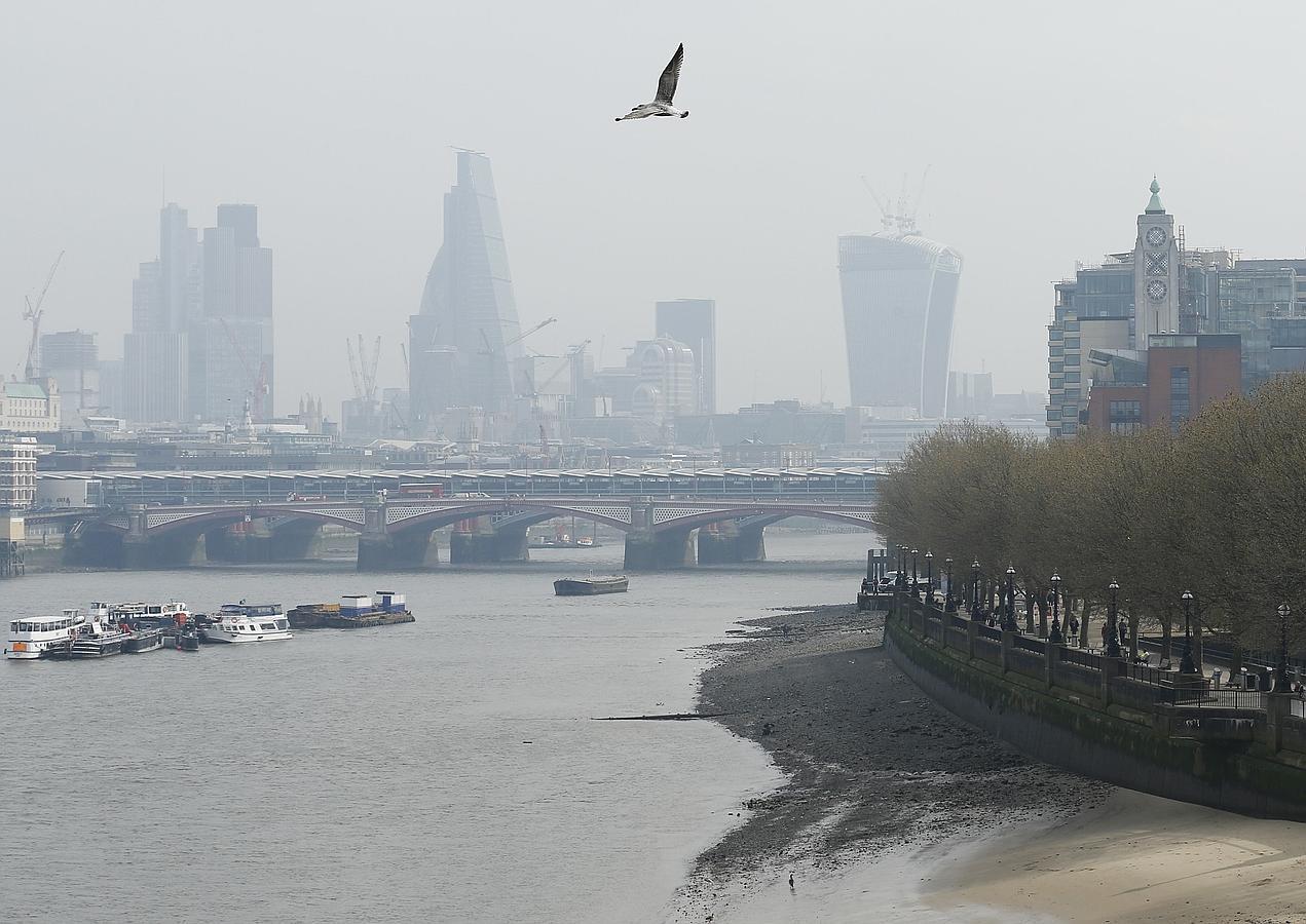 Las altas presiones y el polvo del Sáhara han devuelto a Londres su vieja cortina de smog