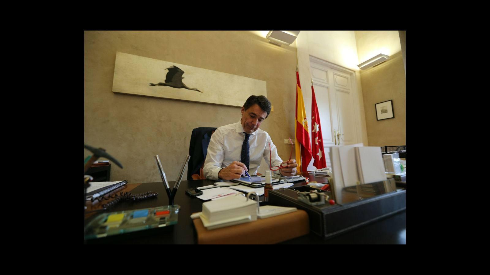 El presidente de la Comunidad de Madrid dibuja constantemente. Ha decidido estampar sus diseños en camisetas