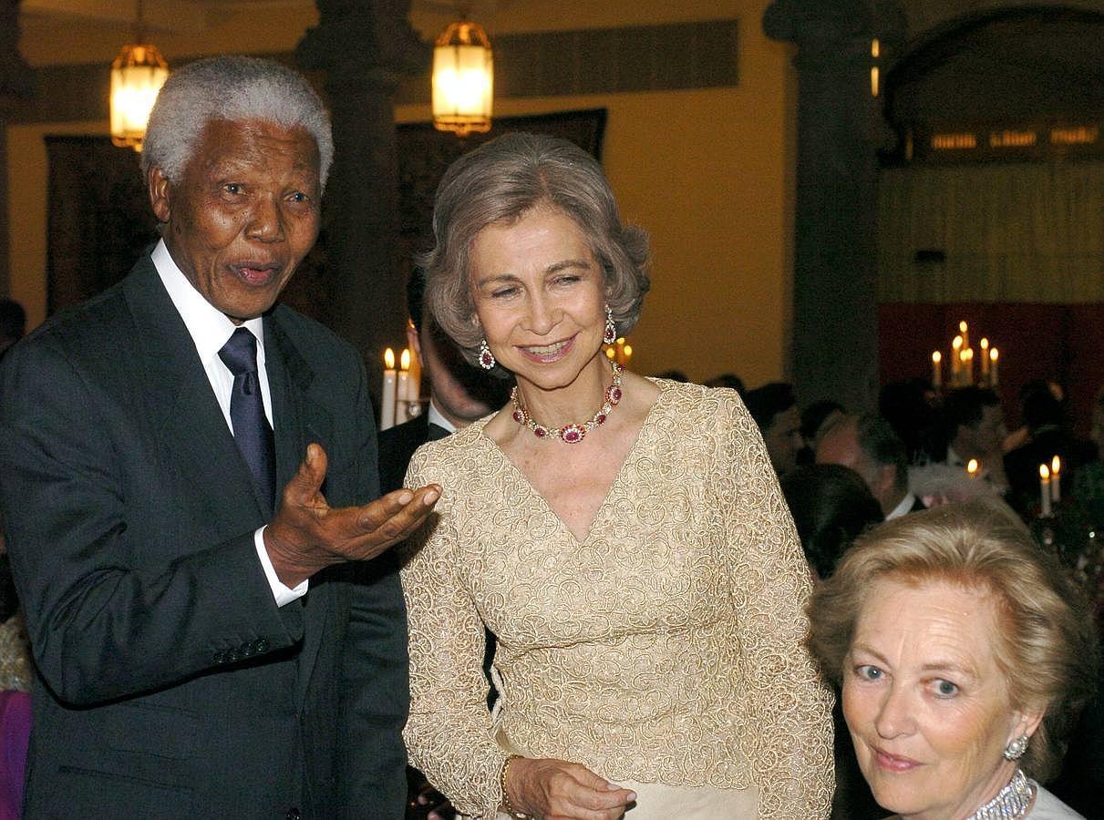 La boda más famosa de la Casa Real española comenzó en la noche del día 21 de mayo, día en que se celebró una cena previa a la ceremonia. A ella acudieron personajes como Nelson Mandela