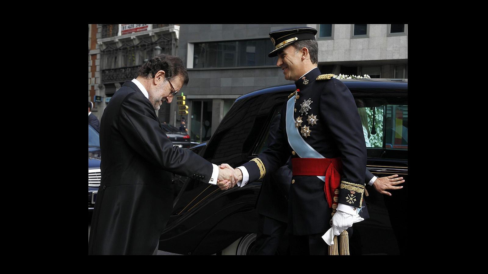 El presidente del Gobierno, Mariano Rajoy, recibe a Don Felipe a las puertas del Congreso de los Diputados de Madrid para su proclamación como Rey de España