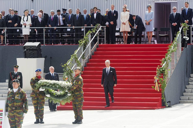 El rey Felipe de Bélgica deposita una corona de flores en memoria de los caídos durante los actos de conmemoración del centenario de la Primera Guerra Mundial, en el Memorial Interaliado de Cointe, en Bélgica