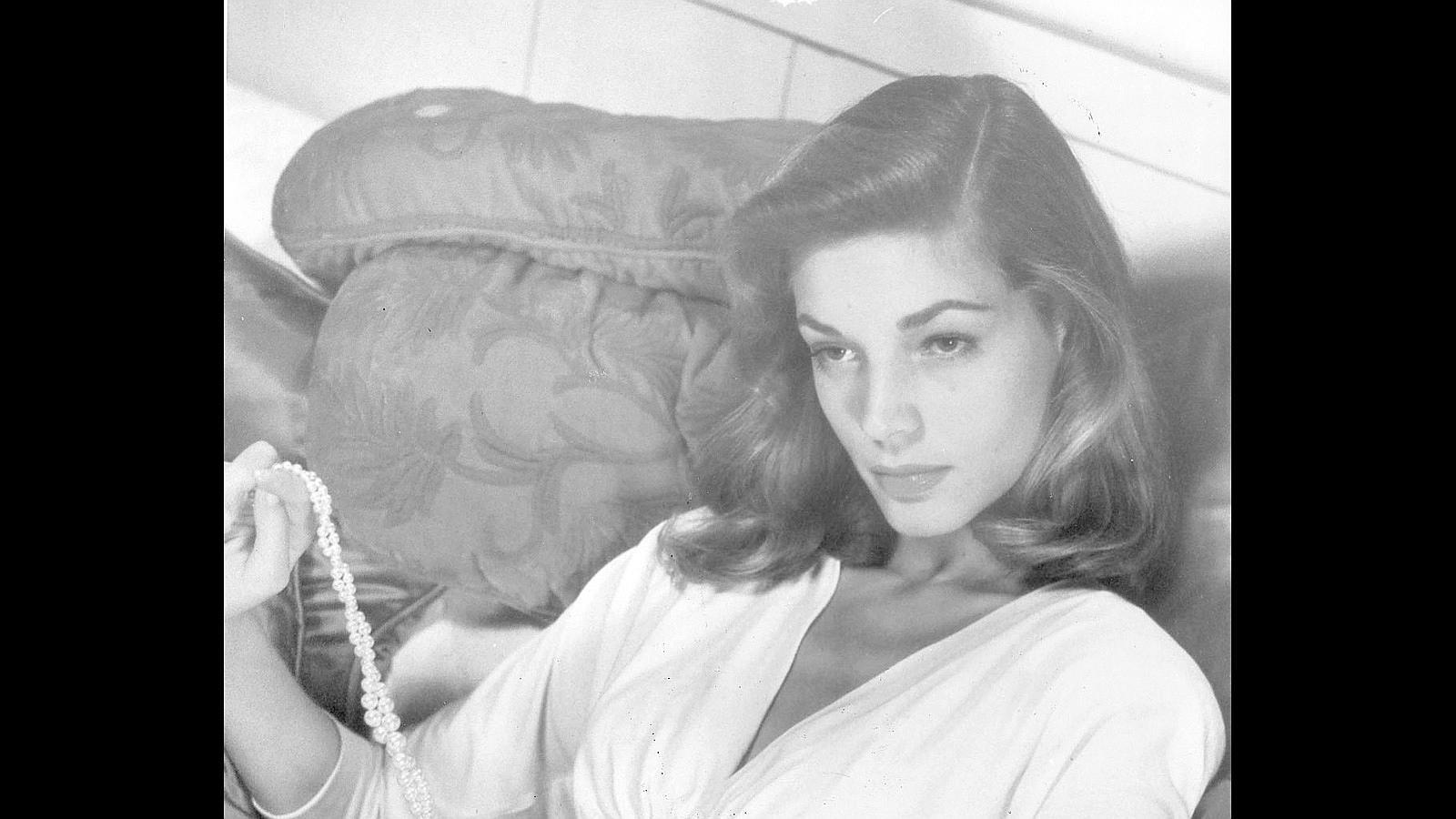 Recién cumplida la mayoría de edad, Howard Hawks descubriría la serena belleza de Lauren Bacall y la incluiría en su siguiente película, «Tener y no tener», que cambiaría su destino para siempre