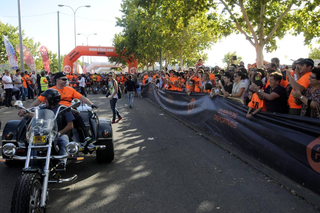 Román David subido en una moto saluda a los asistentes
