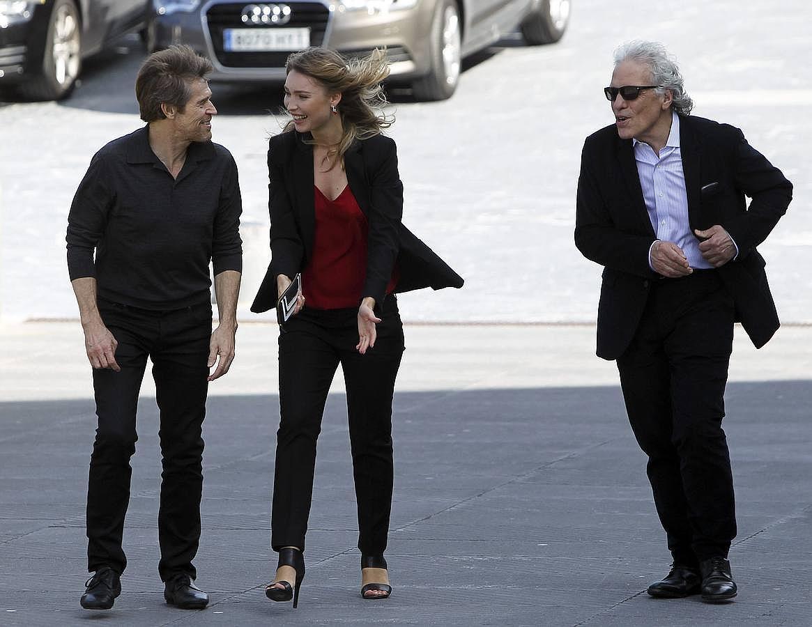 El director Abel Ferrara y los actores Willem Dafoe y Cristina Chiriac esta mañana en San Sebastián