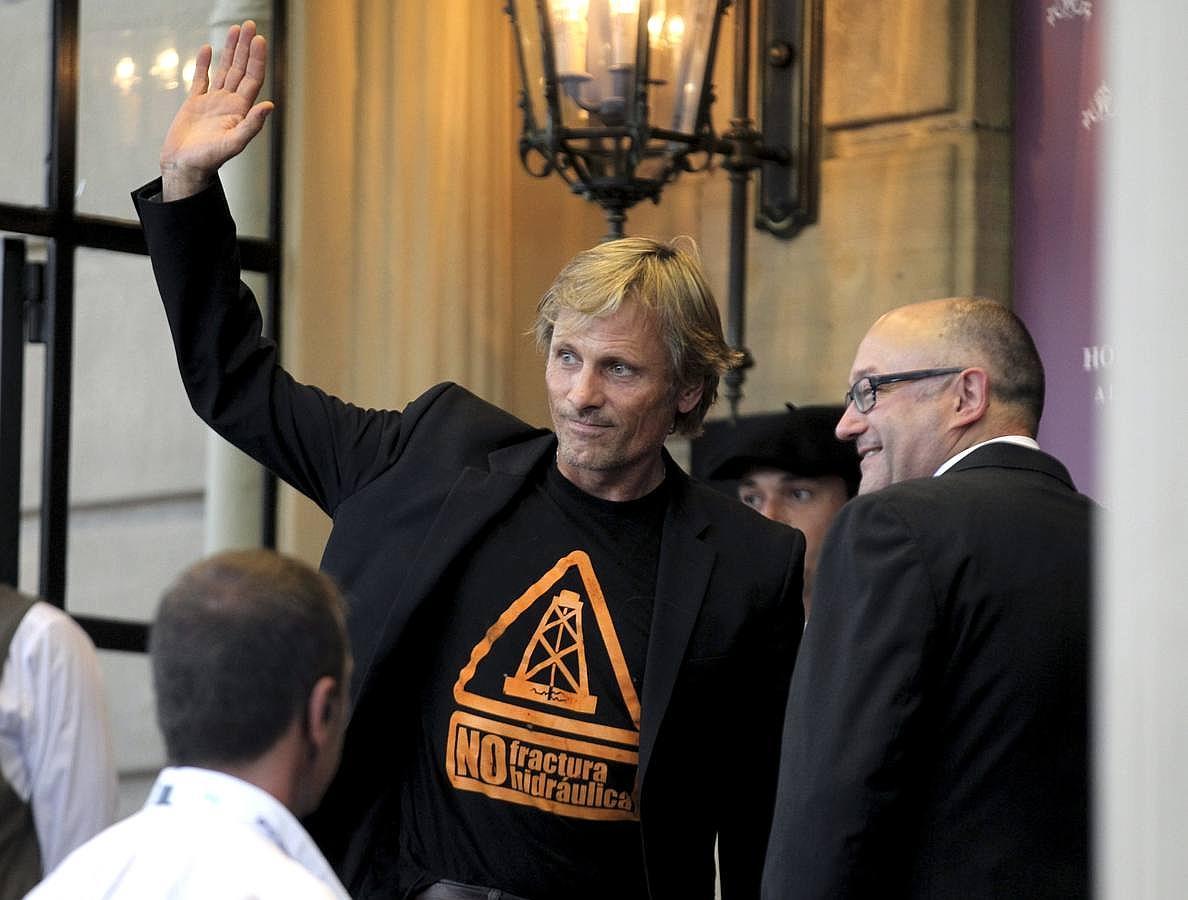 El actor Vigo Mortensen saluda, ayer, a su llegada a San Sebastián
